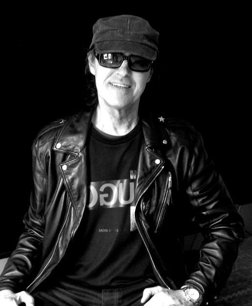 Cara Delevingne trägt schwarze Leder Bikerjacke, weißes T